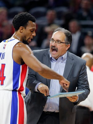 Pistons coach Stan Van Gundy talks with guard Ish Smith during the second half of the Spurs' 103-92 win over the Pistons at the Palace on Feb. 10, 2017.