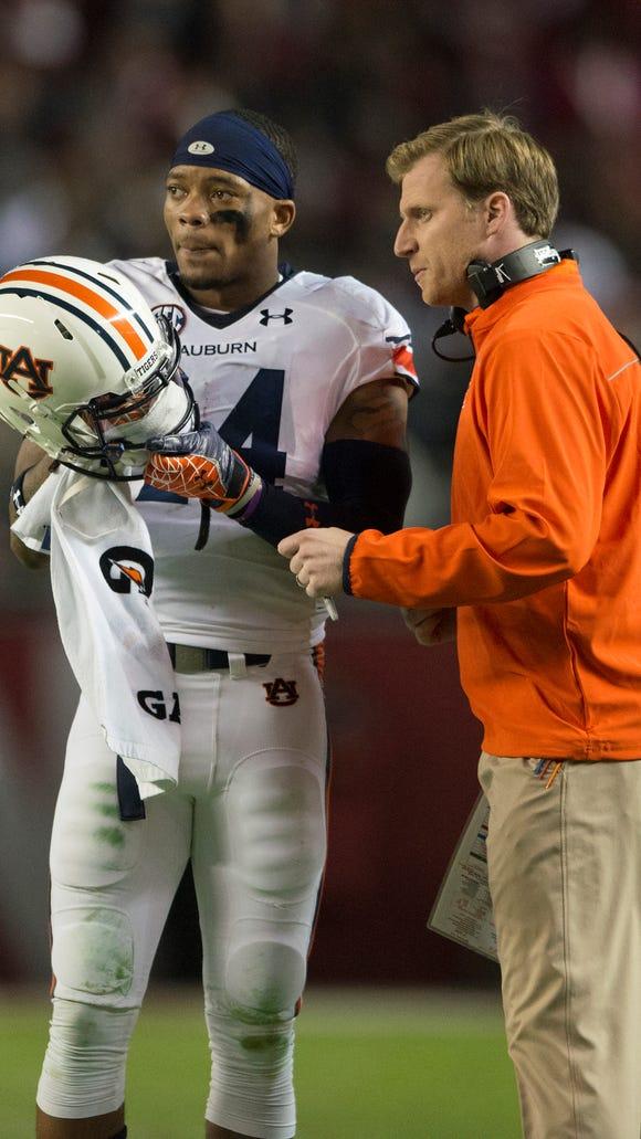 Auburn quarterback Nick Marshall talks to Tigers offensive