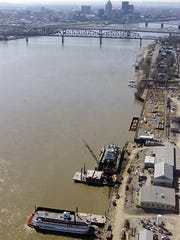 The Belle of Louisville is docked at Jeffboat. Copyright 2000