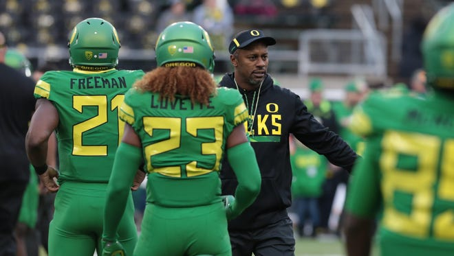 Nov 25, 2017; Eugene, OR, USA; Oregon Ducks head coach Willie Taggart greets running back Royce Freeman (21) and wide receiver Malik Lovette (23) before the game against the Oregon State Beavers at Autzen Stadium. Mandatory Credit: Scott Olmos-USA TODAY Sports