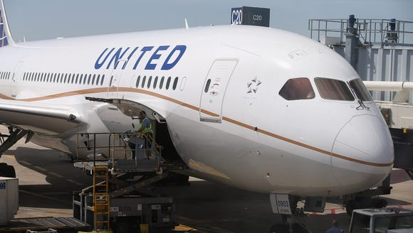 A United Airlines Boeing 787 Dreamliner at Chicago