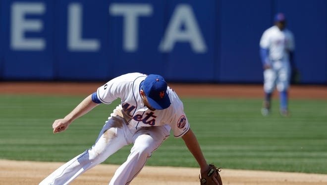 Mets second baseman Daniel Murphy commits an error during Thursday's loss to the Washington Nationals.