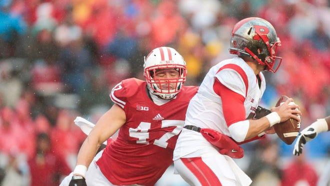 Wisconsin linebacker Vince Biegel (47) goes after Rutgers quarterback Chris Laviano.