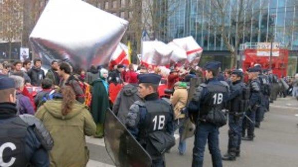 Demonstrators meet police at terminus of Avenue de la Grande Armée.