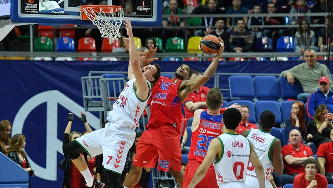 CSKA Moscow's Kyle Hines, center, vies with Baskonia's Johannes Voigtmann for the ball in April 2017.