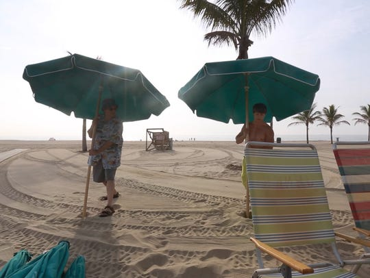 Jerry Carino gets a lesson on securing a beach umbrella