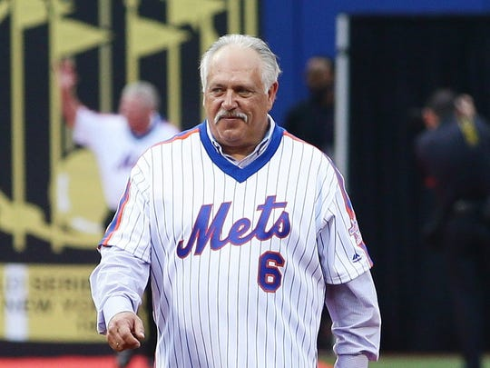 Wally Backman introduced during ceremony honoring 1986 Mets.