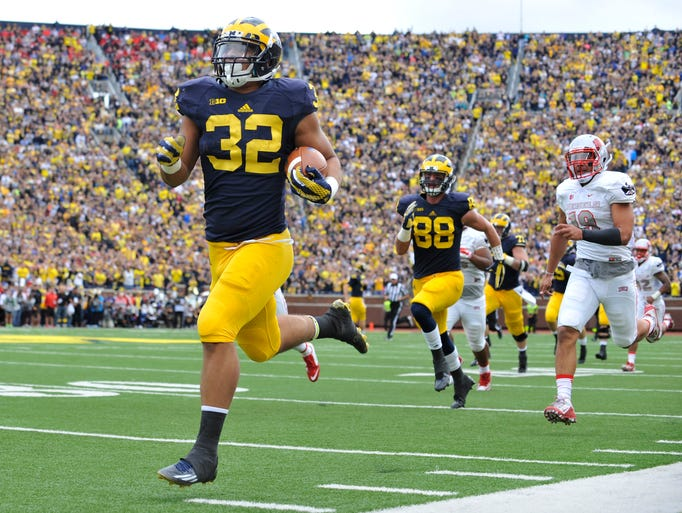 Michigan Wolverines running back Ty Isaac out runs