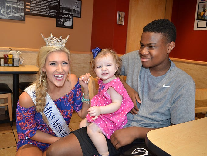 Miss Mississippi Laura Lee Lewis visits with customers