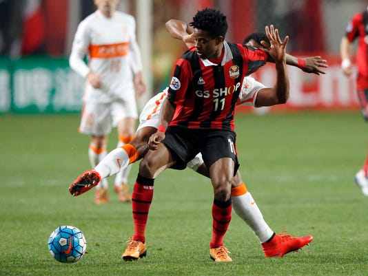 Carlos Adriano of South Korea's FC Seoul, front, fights for the ball against Jucilei of China's Shandong Luneng FC during their Group F soccer match in the AFC Champions League at Seoul World Cup Stadium in Seoul, South Korea, Tuesday, April 5, 2016. The match ended in a 0-0 draw. (AP Photo/Lee Jin-man)