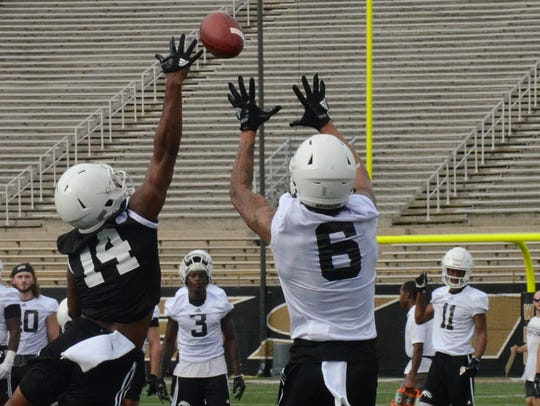 Western Michigan's Drake Harris (6) makes a catch along