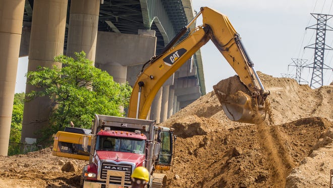 Contractors dig out a 55,000-ton dirt stockpile blamed for damaging I-495 in Wilmington in 2014.