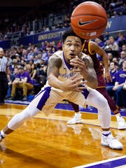 Washington Huskies guard David Crisp (1) reaches for
