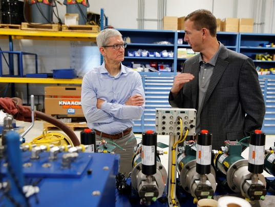636391692225662316-Tim-Cook-with-Kevin-Hansell.jpg