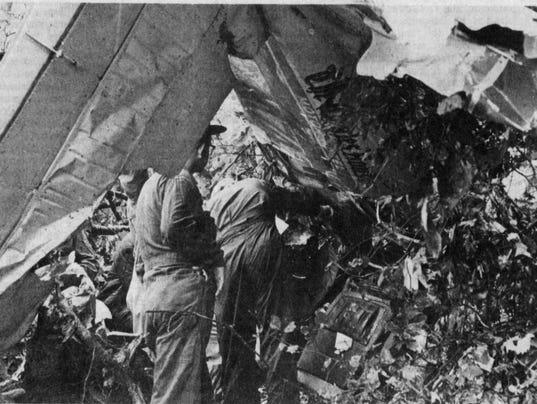636590537196944417-Crash-investigators-Elliots-Knob-Sep-14-1973-.jpg