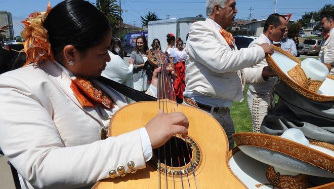 Las mariachis Fletes se preparan para el Cinco de Seaside en 2015.