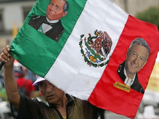 Un hombre agita una bandera mexicana, con la imagen