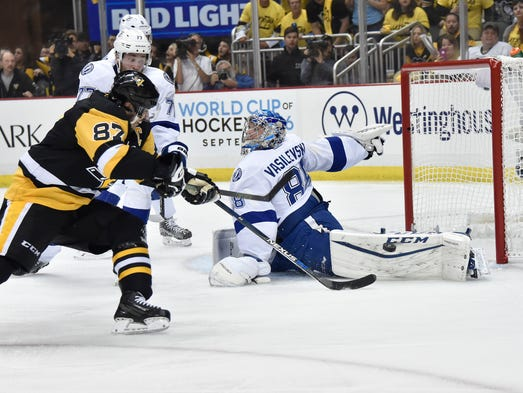 Pittsburgh Penguins center Sidney Crosby (87) attempts
