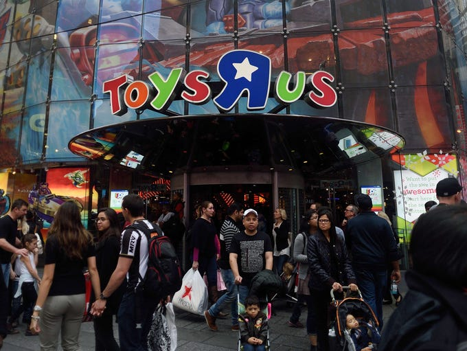 Customers enter and exit the ToysÒRÓUs  Times Square