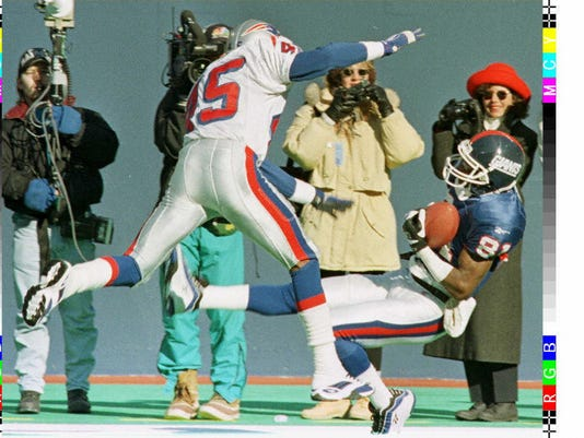 New York Giants' Thomas Lewis (R) catches the ball