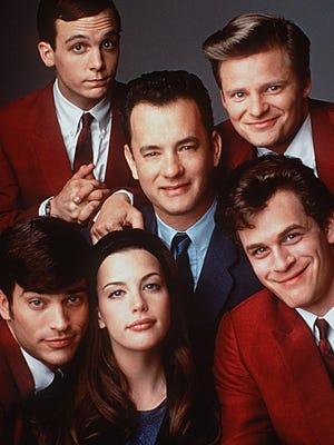 """Tom Hanks mürettebat tarafından çevrili """"Bu senin yaptığın bir şey!"""" (1996), sağ üstten saat yönünde Steve Zahn, Tom Everett Scott, Liv Tyler, Jonathon Shayk ve Ethan Embry dahil.  Zane, Scott, Chic ve Embry Eylül'de Erie'ye gidiyor."""