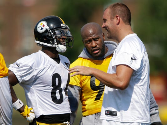 Pittsburgh Steelers quarterback Ben Roethlisberger, right, talks with wide receiver Antonio Brown, left, as linebacker James Harrison, center, listens in during a practice at the NFL football team's training camp in Latrobe, Pa., Friday, July 29, 2016. (AP Photo/Gene J. Puskar)