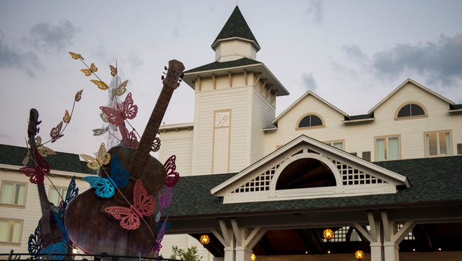 The fountain and main entrance at Dollywood's DreamMore Resort