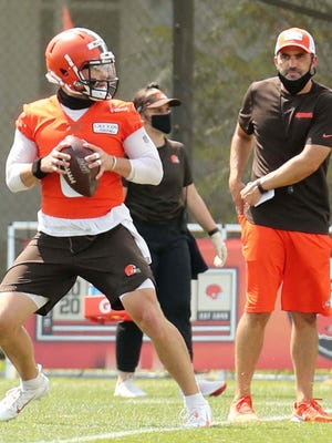Cleveland Brown head coach Kevin Stefanski, right, watches quarterback Baker Mayfield during practice at the Cleveland Browns training facility Friday, Aug. 14, 2020 in Berea, Ohio.