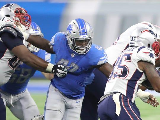 Lions LB Jarrad Davis tackles Patriots RB Mike Gillislee