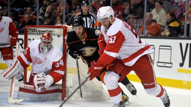 Detroit Red Wings center Frans Nielsen (51) moves the puck against the Anaheim Ducks on Jan. 4, 2017.