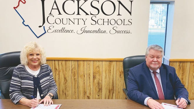 Mayor Carolyn Rader and Superintendent of Schools Blaine Hess sign the proclamation proclaiming October 26-30 as Red Ribbon Week.