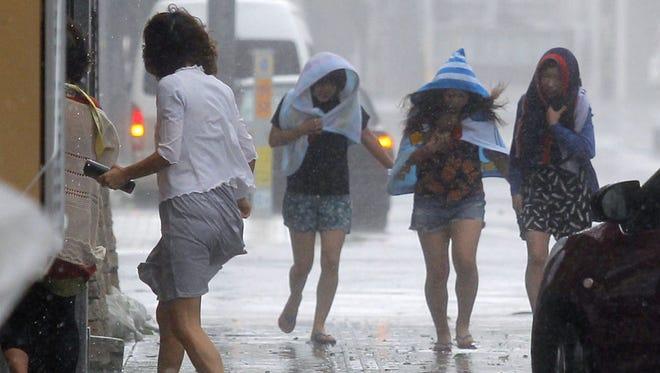 Potente tifón azotó en Okinawa, Japón.