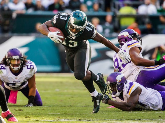 Eagles running back Darren Sproles breaks out of a tackle during a 2016 victory over the Vikings.
