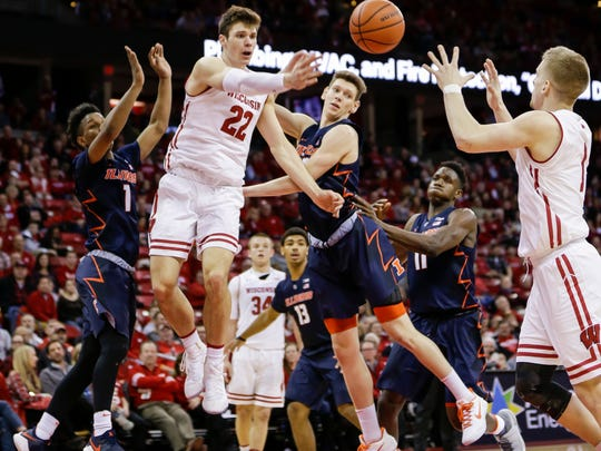 Wisconsin's Ethan Happ (22) passes to Brevin Pritzl