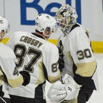 Pittsburgh Penguins (center Sidney Crosby (87) congratulates