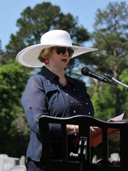 DAR member Jackie Utley recognizes veterans attending