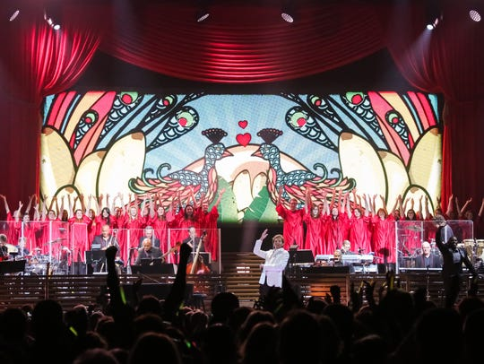 The UWGB Chorale shared the spotlight with Barry Manilow