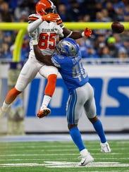 Jarrad Davis defends Browns rookie tight end David Njoku in the first half Nov. 12.