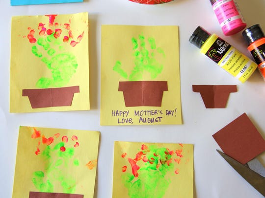 Help your younger child create a handprinted houseplant card.
