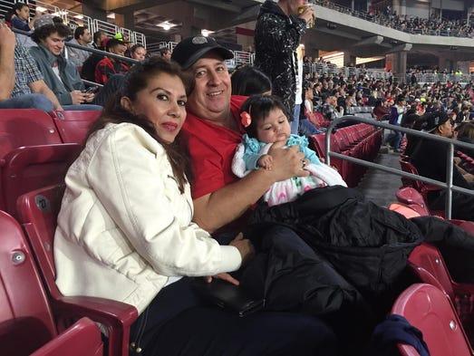 Los Pulido asistieron con su pequeña nieta al evento.