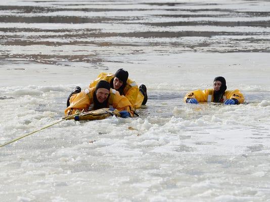 636196713413620168-FTC010917-ice-rescue-training-01.JPG