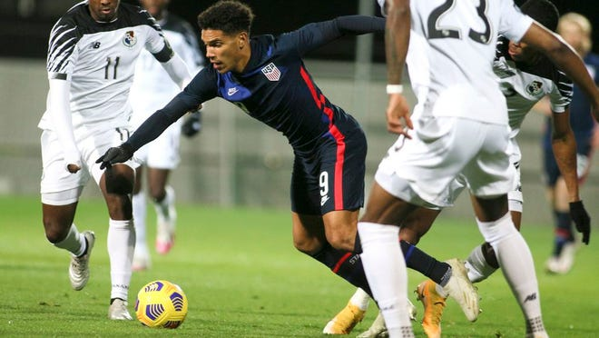 United States' Nicholas Gioacchini battles for the ball with Panama's Armando Cooper, left, and Michael Murillo, right, during the international friendly soccer match between the USA and Panama at the SC Wiener Neustadt stadium in Wiener Neustadt, Austria, Monday, Nov. 16, 2020.