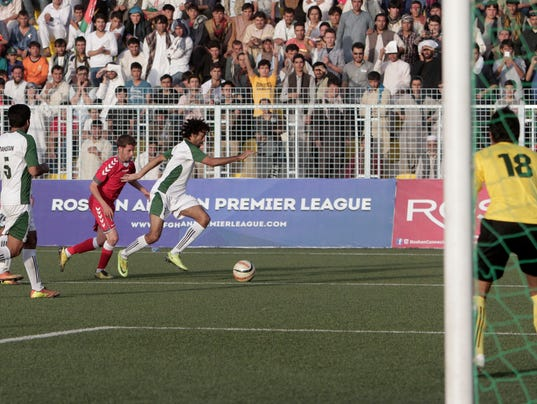 2013-8-20-afghanistan-soccer-pakistan-friendly