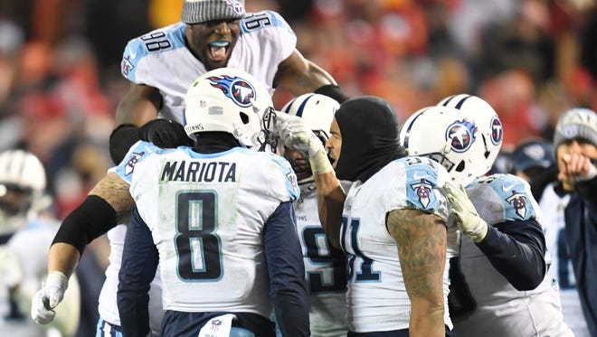 Titans linebacker Brian Orakpo (98) celebrates with his teammates in the closing seconds of the game Saturday.
