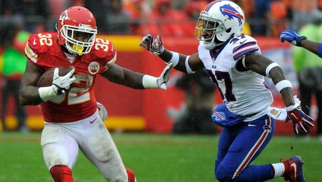 Kansas City Chiefs running back Spencer Ware (32) runs away from Buffalo Bills cornerback Nickell Robey (37).