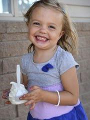 Ice Cream brachte ein Lächeln auf Emersyn Brown, 4, aus St. Cloud, die mit ihrem Vater Curtis in diesem 2015 Times Foto eine Reise zu Mr. Twisty machte.