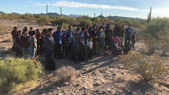 Fotografía cedida por la Patrulla Fronteriza donde se muestra a un grupo de inmigrantes de los 1200, la mayoría centroamericanos, que fueron arrestados en los últimos tres meses.