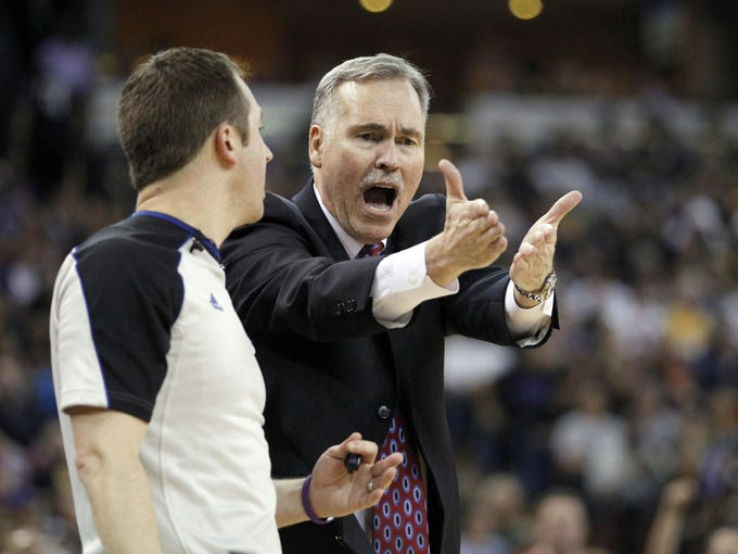 New Lakers coach Mike D'Antoni yells at a referee during the Lakers' game against the Sacramento Kings on Nov. 21.
