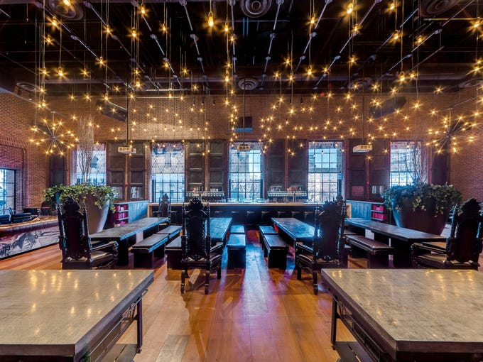 More hotels are turning from traditional sit-down restaurants to fast casual food with an upscale twist.The Hudson Hotel in New York recently opened Hudson Common, a modern-day beer hall and burger joint. In the main seating area and bar, there are 25-foot ceilings, large windows, leather couches and a marble fireplace.