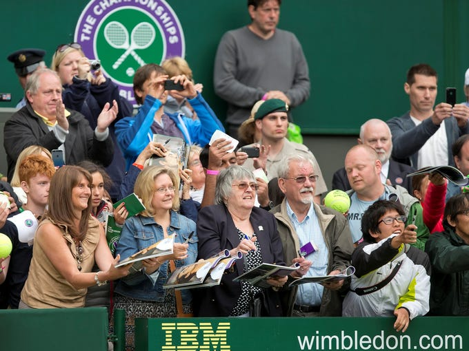 Fans wait to get autographs after the match between Andy Murray and Benjamin Becker